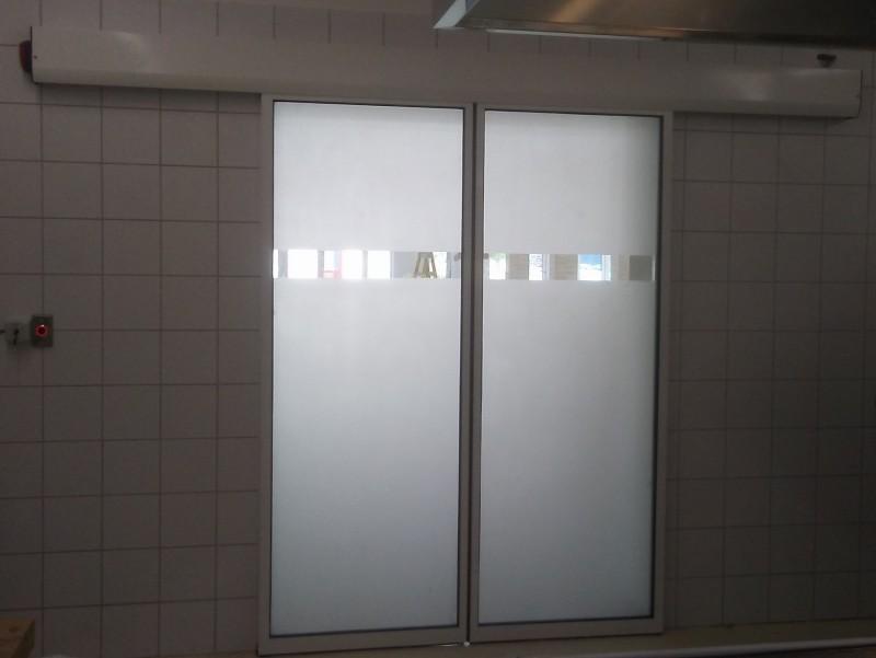2 mozgószárnyas, betekintő részes, savmart üvegezésű fotocellás ajtó telepítésünk étterem-panzióba