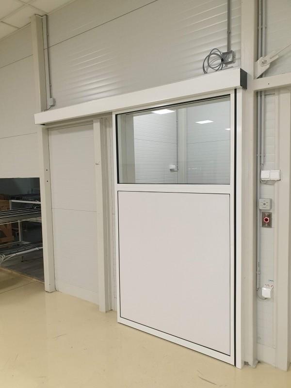 Alul tömör alumìnium felül üvegezett èrintès nèlküli kapcsolòròl működő automata ajtò telepìtèsünk az Agc üzemèben Környèn.