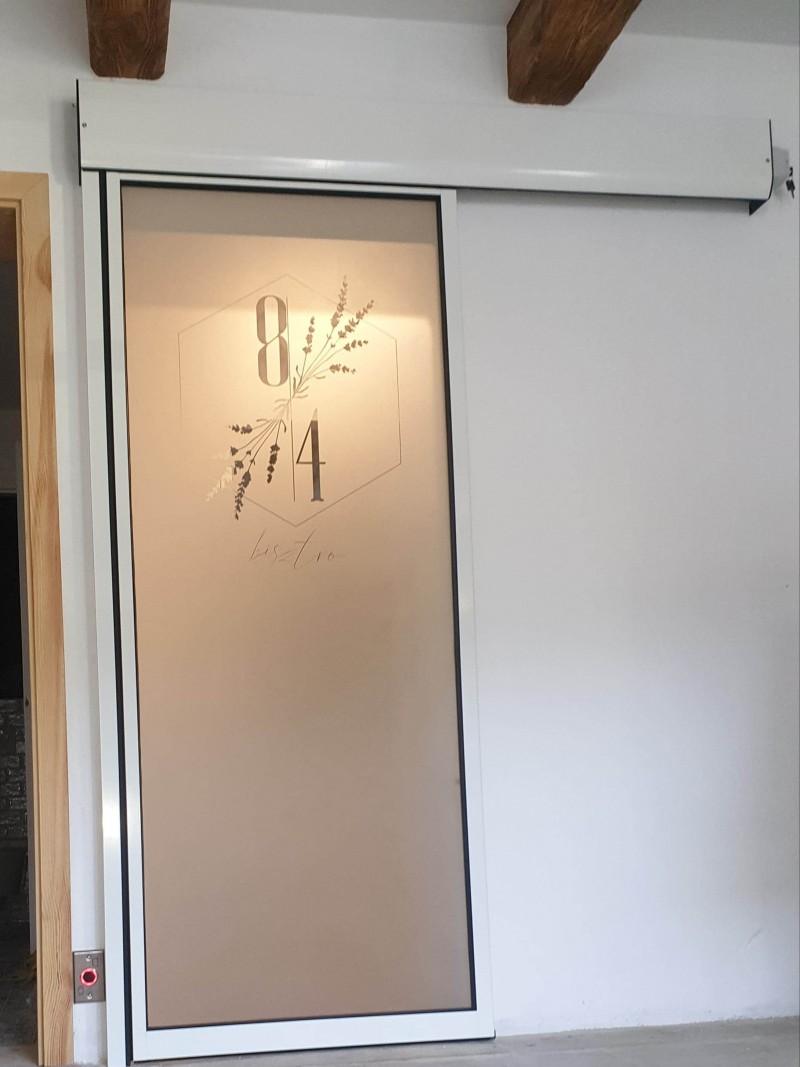 Ditec automata ajtó telepítésünk egyedi savmart logós üvegezéssel kapolcsi étterembe