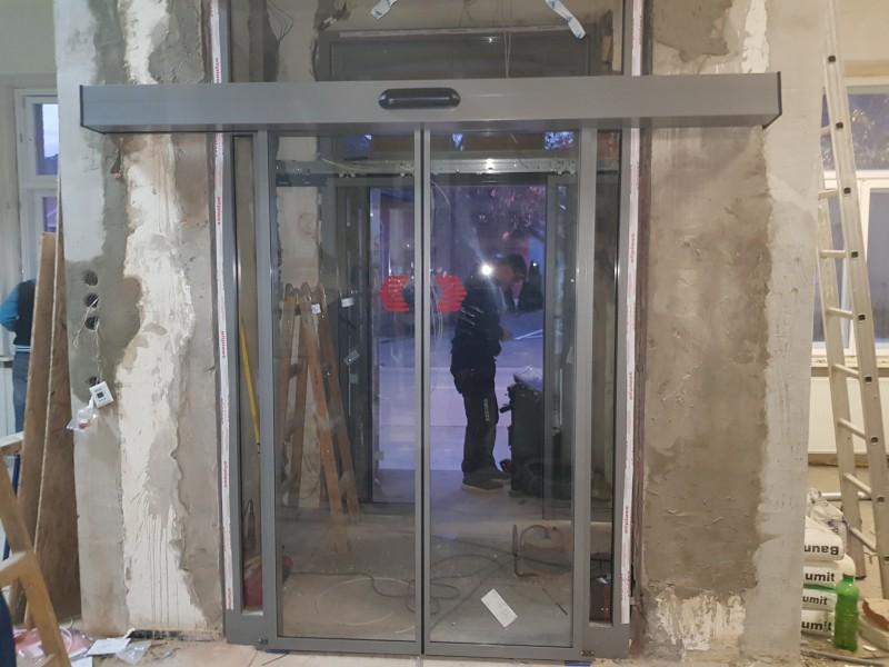 Egyedi hőszigetelèsű alumìnium portàlszerkezetek ès automata ajtòk telepìtèse a szolnoki Tiszapart moziban