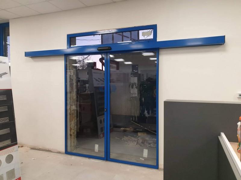 Hőszigetelt üveggel, felülvilàgitòval,  mozgàsèrzèkelő radarral működő 2 szàrnyas automata ajtò telepìtèsünk