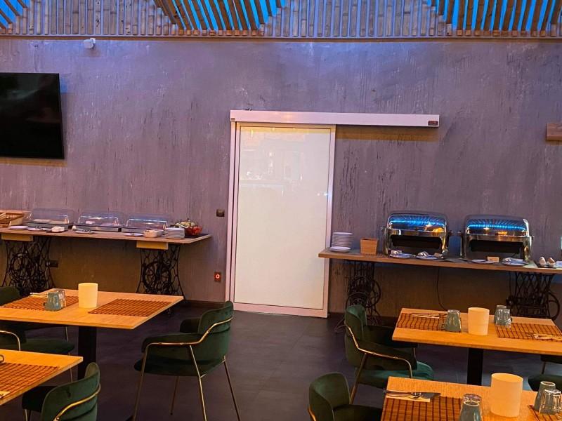 Matt fóliás automata ajtó telepítésünk a Zen Garden Resort éttermi részéhez