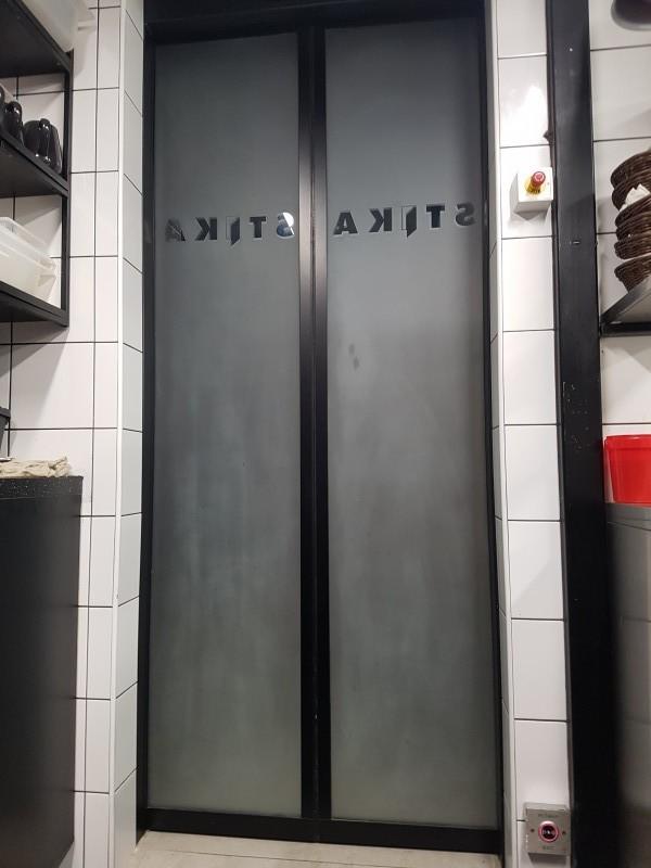 Savmart üveggel gyàrtott automata ajtò telepìtèsünk egy budapesti ètteremben