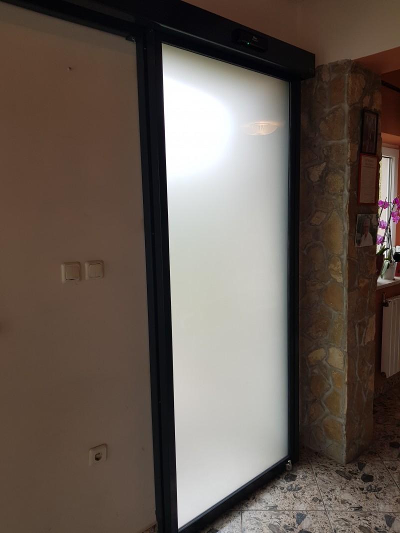 Zsámbéki étterembe telepített savmart üvegezésű automata ajtónk.